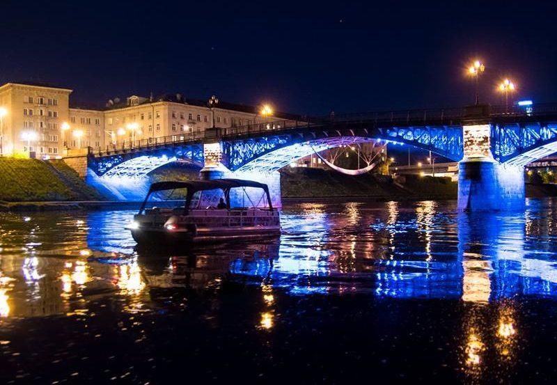 Pontoninis-laivas-Vakarėlis-plaukiant-Nerimi