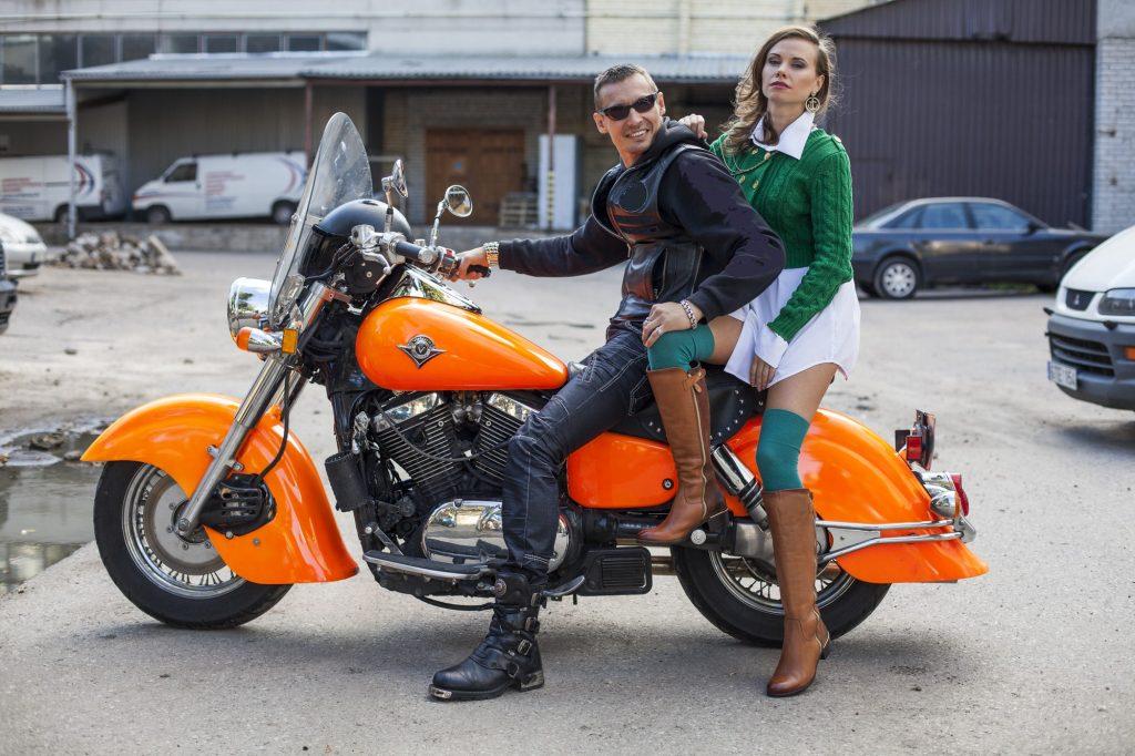 Motociklas-su-vairuotoju-ir-jaunąja