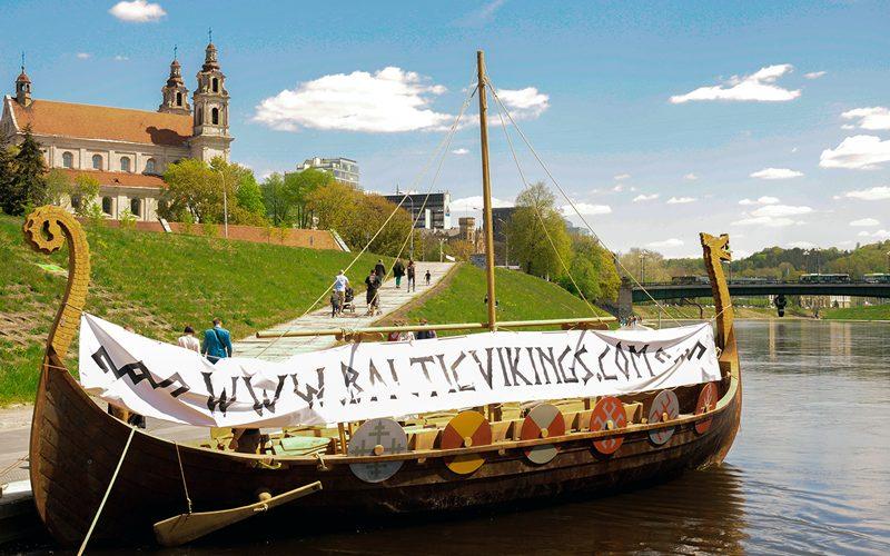 Laivas-Vikingas-Prie-Baltojo-Tilto
