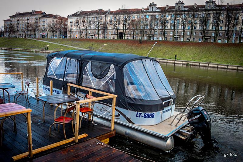 Laivas-Limuzinas-Prie-Baltojo-Tilto