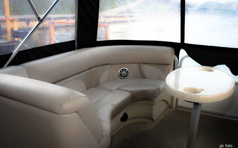 Limuzinas-pontoninis-laivas-salonas