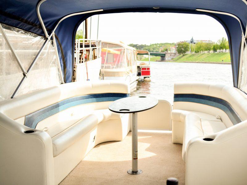 Pontoninis-laivas-Vakarėlis-stalas-minkštasuoliai