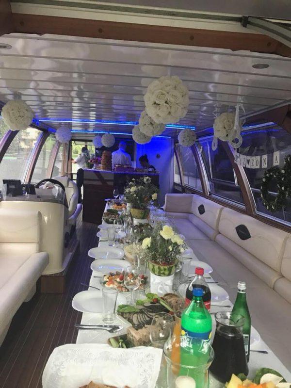 Laivo-vidus-stalas-vaišės